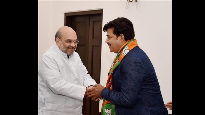 Actor Ravi Kishan with BJP chief Amit Shah (Photo: PTI)