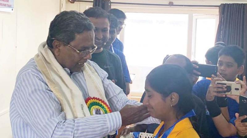 Senior Congress leader Siddaramaiah with students of Vasavi Vidya Niketana in Bengaluru on Sunday (Photo:  KPN)