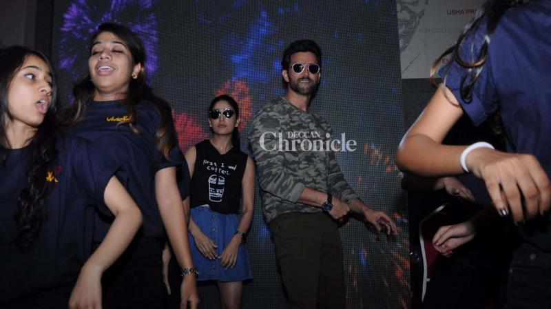 Hrithik Roshan and Yami Gautam grooved with students at Mithibai College in Mumbai to promote 'Kaabil' on Wednesday. (Photo: Viral Bhayani)