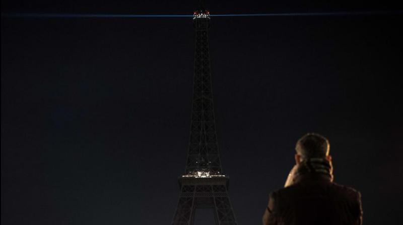 Eiffel Tower Blacks Out In Solidarity With People Of Aleppo