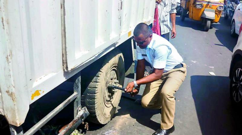 The traffic constable came forward to help the motorist after he observed him struggling while changing the tyre in the scorching sun.