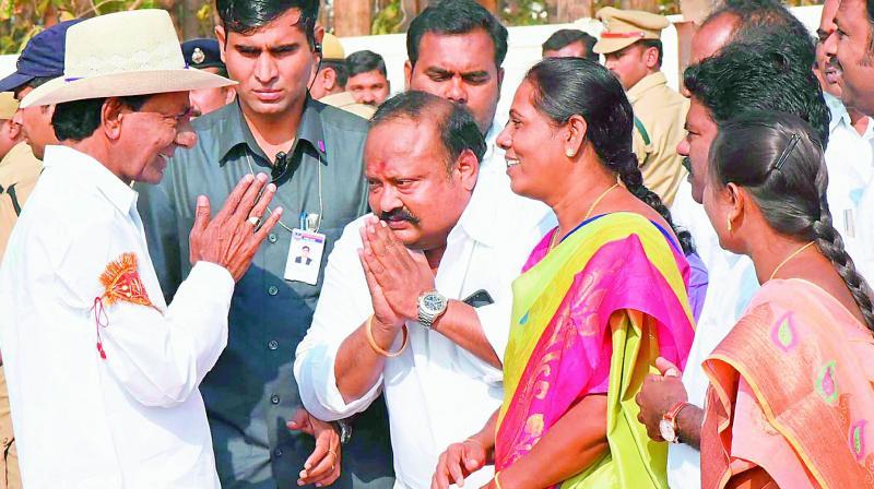 Chief Minister K. Chandrashekar Rao interacts with Zilla Parishad chairperson Thula Uma and MLAs Gangula Kamalakar and B. Shobha at Theegalag-uttapalli near Karimnagar on Thursday. (Photo: DC)