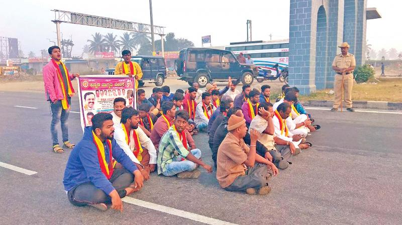 Vehicular movement between Tamil Nadu and Karnataka was stopped due to the statewide 'bandh' over the Mahadayi river water issue in that state