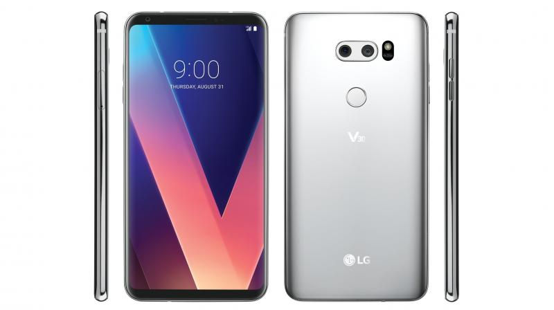 The bezels on the LG V30 are slimmer than the G6 with the logo missing from the front with curved glass endings on the sides.