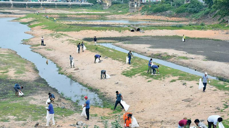 Volunteers cleaning the Porur lake, one of the main water bodies, in Chennai. (Photo: DC)