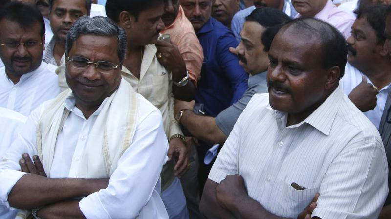 Outgoing Karnataka state Chief Minister Siddaramaiah (L) and Janata Dal (Secular) leader HD Kumaraswamy (R). (Photo: AP)