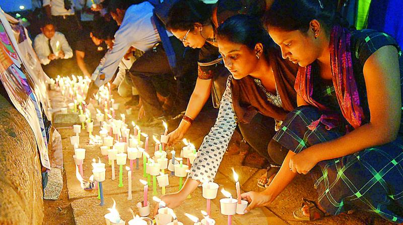 Citizens  offer tributes to the martyred CRPF jawans of Pulwama terror attack, by lighting candles at Necklace Road on Saturday.