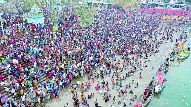 A large number of devotees gather to take a holy dip on the occasion of Mahashivaratri at Pushkar Ghat in Rajahmundry on Monday.. (Photo: DC)