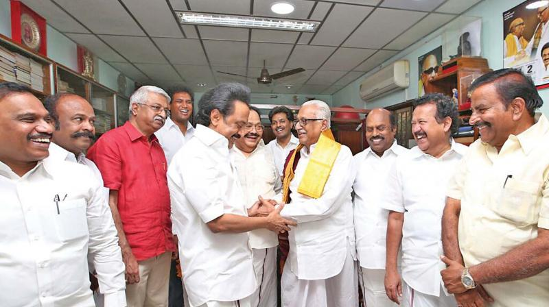 DMK working president Stalin greeting senior leader Anbazhagan after the verdict (Photo: DC)