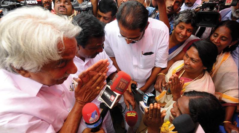 Former chief minister Oommen Chandy visits Pompilai Orumai members in Munnar on Wednesday.