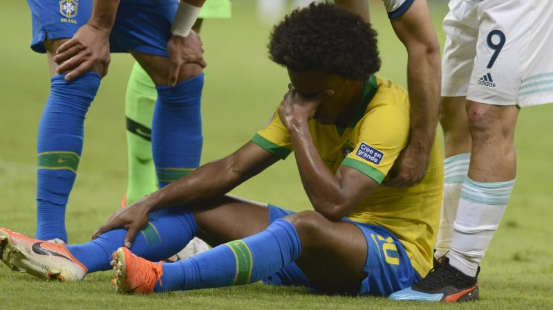 Willian's injury is not a serious one, but the recovery time will require the player to miss the final against Peru. (Photo: AP)