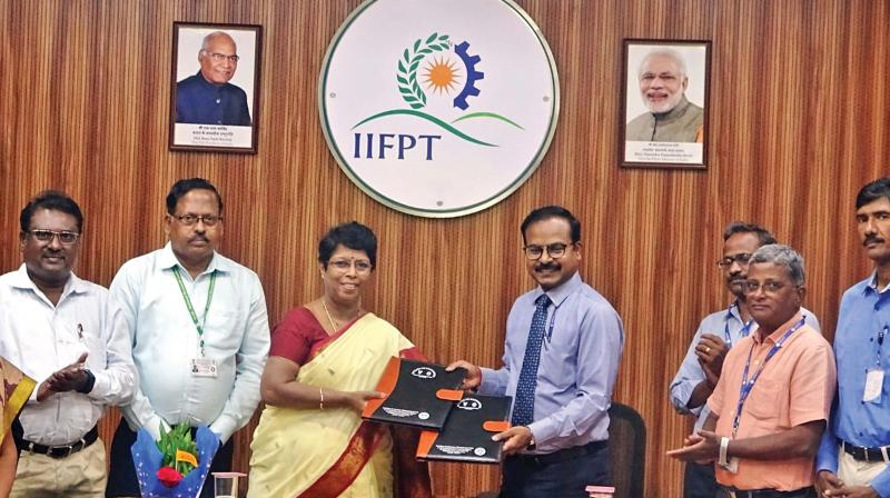 The IIFPT director Dr C Anandharamakrishnan and direct of NCRB, Dr S Uma exchange the documents after signing at Thanjavur on Tuesday. (Photo: DC)