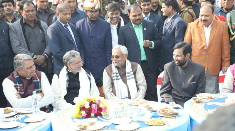 Bihar CM Nitish Kumar, his deputy Sushil Kumar Modi and Union minister Ram Vilas Paswan enjoy feast hosted by leaders of NDA constituents in display of unity. (Photo: Twitter | @SushilModi)
