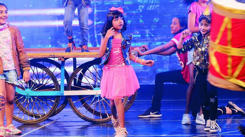 Aaradhya danced to one of Gully Boy's songs and Shiamak's team also paid tribute to the Bachchan parivar by dancing to Kajra Re.