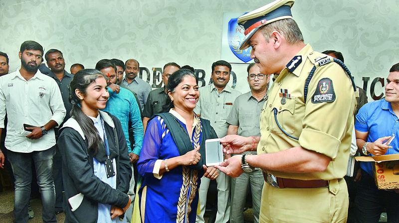 Hyderabad police commissioner Anjani Kumar handing over the recovered cellphones to the owners.(Photo: S. Surender Reddy)