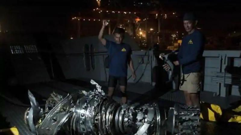 Navy divers inspect what is believed to be engine of the crashed Lion Air jet after it was retrieved from the sea floor, at Tanjung Priok Port in Jakarta, Indonesia.(Photo: AP)