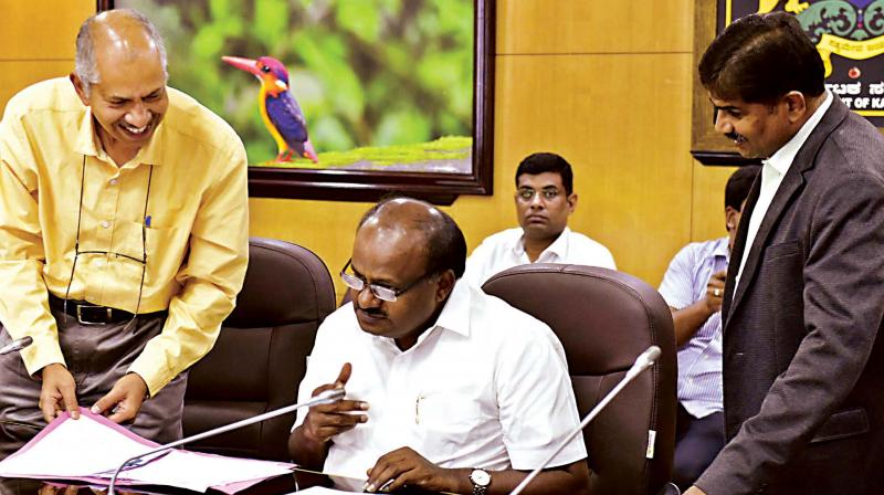 Chief Minister H.D. Kumaraswamy meets Electricity department officials at Krishna, his Home Office in Bengaluru on Thursday—KPN