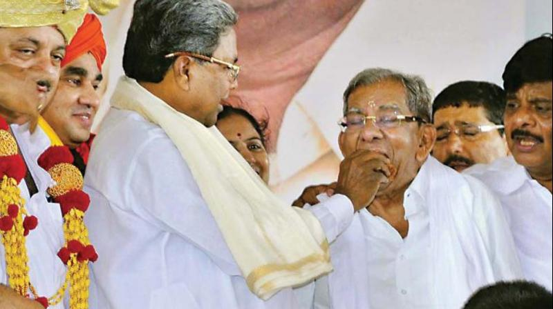 Former chief minister Siddaramaiah and former minister and veteran Congress leader from Davangere Shamanoor Shivashankarappa in a file photo.