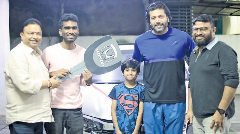 Isari Ganesh gifts car to Comali director Pradeep