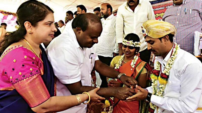 Chief Minister H.D. Kumaraswamy and his wife Anita greet newlywed couples at a mass maririage at Nanjangud taluk in Mysuru on Saturday  (Photo: KPN)