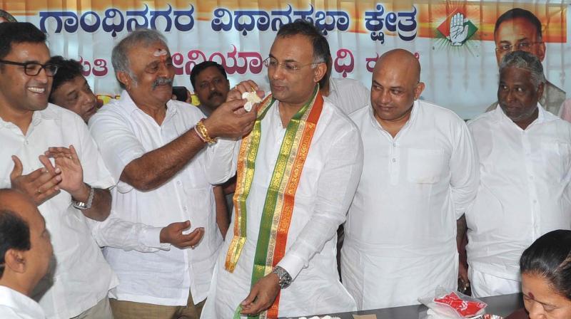 KPCC president Dinesh Gundurao and Congress workers celebrate former Congress president Sonia Gandhi's birthday in Bengaluru on Sunday (Photo: DC)