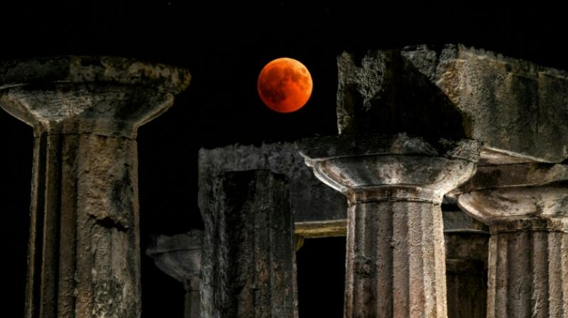 Observers in the Greek city of Corinth enjoyed prime views of the blood moon over the temple of Apollo. (Photo: AFP)