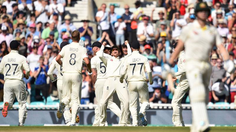 Stuart Broad celebrates the fall of Steve Smith's wicket. Smith, however, this time he managed to score only 23 in the second innings. (Photo:AFP)