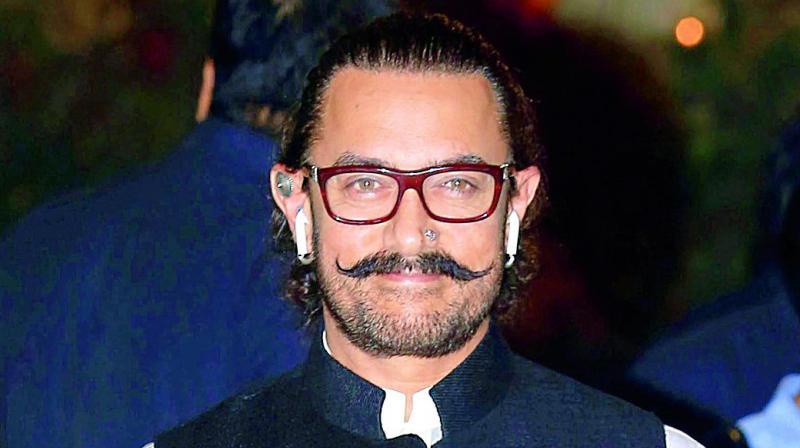 Aamir Khan gives a thumbs up to Nitesh Tiwari