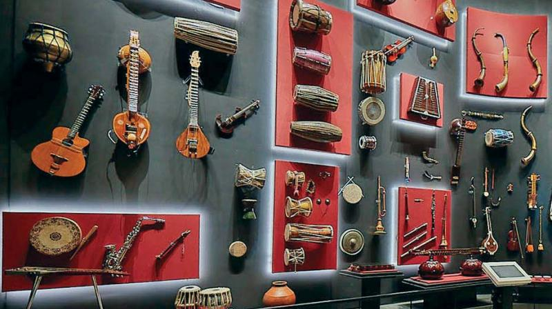 There are eight thematic galleries, including an instruments gallery with over 100 musical instruments, three mini theatres and several computer-based interactive installations that allow visitors to experience the process of making music.