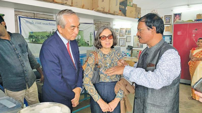 Ambassador of Japan to India Kenji Hiramatsu discusses a point with padman Muruganantham in Coimbatore on Thursday. (Photo: DC)