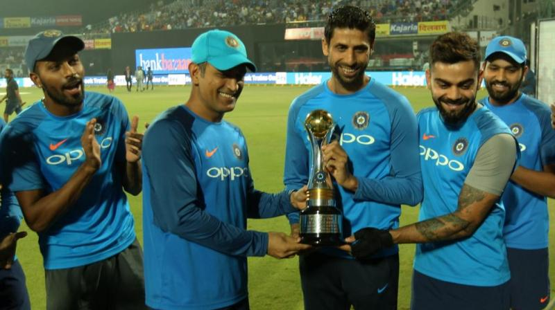 Ashish Nehra was presented with a memento by Team India captain Virat Kohli and  during felicitation ceremony. (Photo:BCCI)