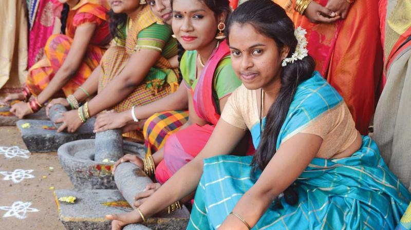 Students of Valliammal College for Women celebrate Pongal all dressed in traditional half-sarees. They use firewood and mud pots to celebrate Pongal the traditional way.