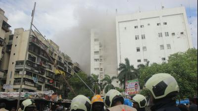 Visuals from the ground of the burning MTNL building. (Photo: Mrugesh Bandiwadekar)