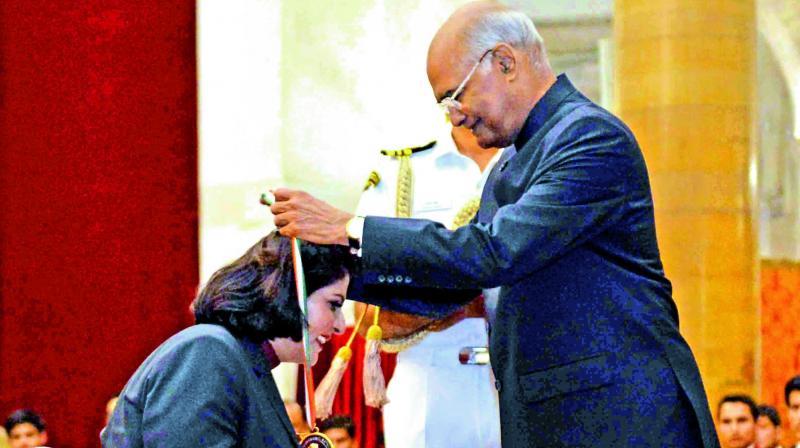 President Ram Nath Kovind presents the Rajiv Gandhi Khel Ratna award to Paralympic silver-medallist Deepa Malik at a function in New Delhi on Thursday.  (Photo: Deccan Chronicle)