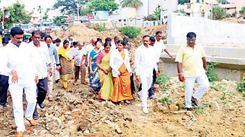 City Mayor Gangambike Mallikarjun inspects the Hosakerehalli Lake in Bengaluru on Saturday  (Photo: KPN)