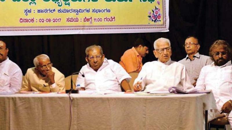 A file photo of Veerashaiva-Lingayat leaders Shamanur Shivashankarappa, N. Thippanna and Eshwar Khandre at a meeting on religion tag for Veerashaiva-Lingayat community in Bengaluru.