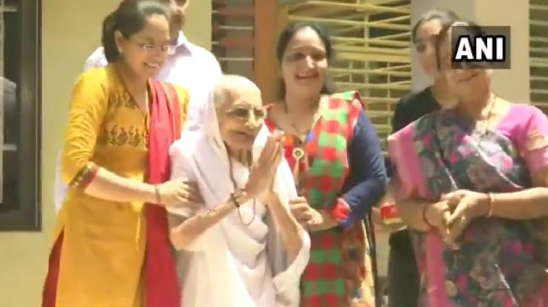 Heeraben came out of her home to greet the media on Thursday morning. (Photo: Screengrab)