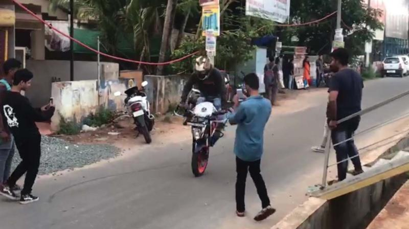 The injured constable, Martandappa (29), is attached to Yelahanka traffic police station.