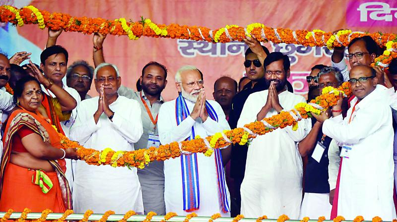 Prime Minister Narendra Modi with Bihar Chief Minister Nitish Kumar and LJP chief Ram Vilas Paswan during a poll rally in West Champaran (Photo: PTI)