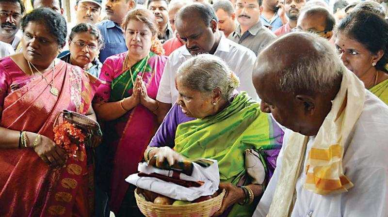 Janata Dal (Secular) supremo H.D. Deve Gowda, his wife Chennamma, their son and former chief minister H.D. Kumaraswamy and his wife Anitha Kumaraswamy at Hasanambe Temple in Hassan on Tuesday. (Photo: KPN)