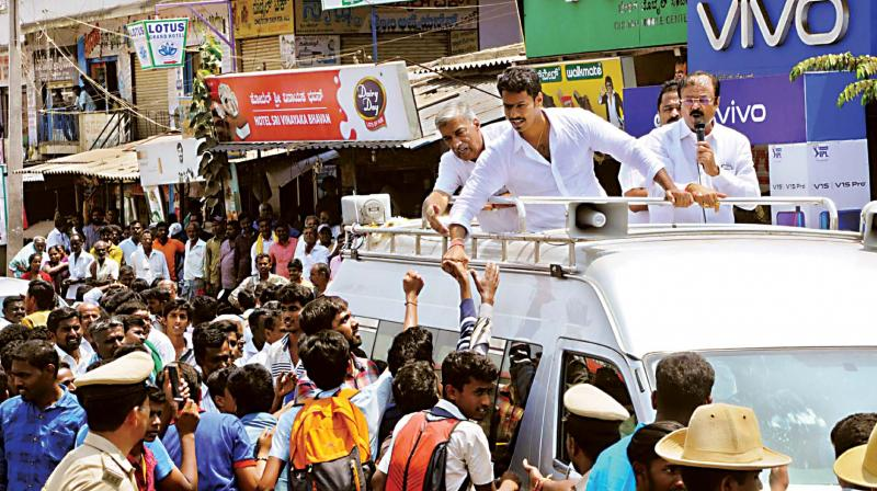 The JD(S) candidate from Mandya Nikhil Kumaraswamy campaigns for the Lok Sabha election at KR Pet in the district on Friday (Photo: KPN)