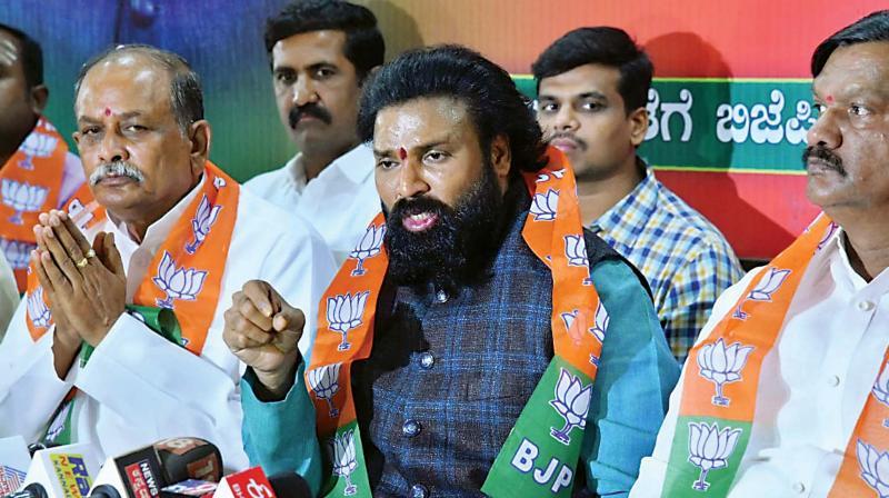 BJP leader B Sreeramulu with Ballari candidate Devendrappa at a press meet.
