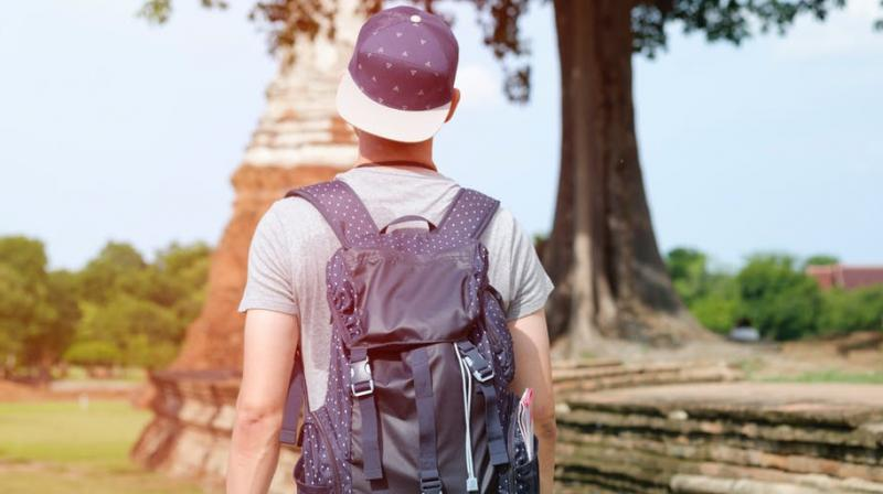 Tindersurfing is the new travel trend. (Photo: Pexels)