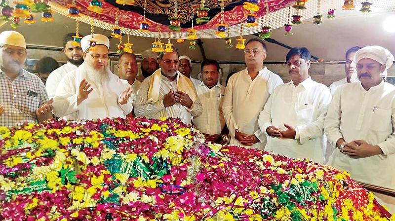 Senior Congress leaders Siddaramaiah and Dinesh Gundurao at Dastageer Dargah in Vijayapura  on Tuesday. (Photo: KPN)