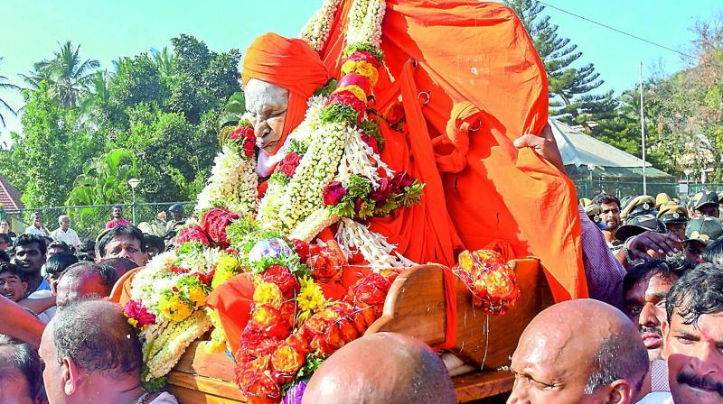 Mortal remains Shivakumara Swamiji being taken to be kept for Antin Darsan (public viewing) at Siddaganga Mutt in Tumakaru, Karnataka, on Monday. (Photo:  PTI)