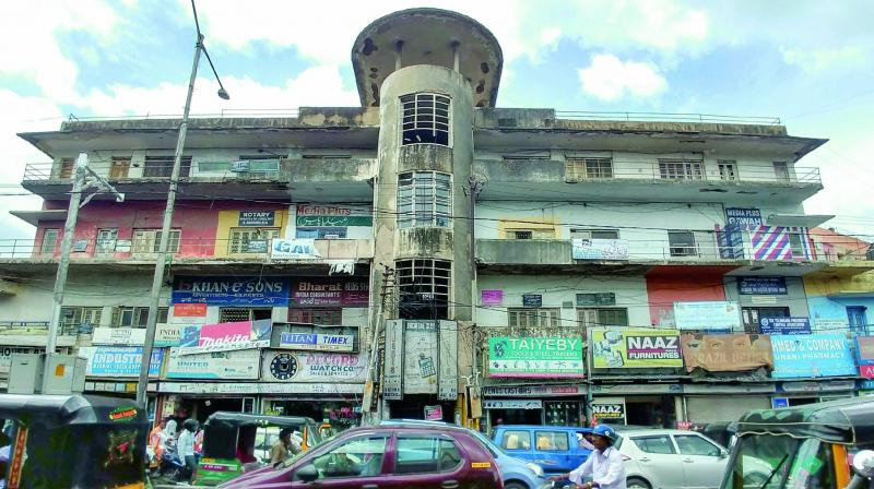 A panoramic view of the Bachelors Quarters Building near Moazzamjahi market lying in shambles after being caught in a legal tussle. (Photo:DC)
