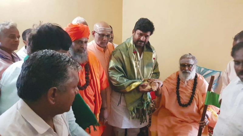 Congress party's Dharwad candidate Vinay Kulkarni seeking Rambhapuri seer's blessings in Hubballi (Photo: DC)