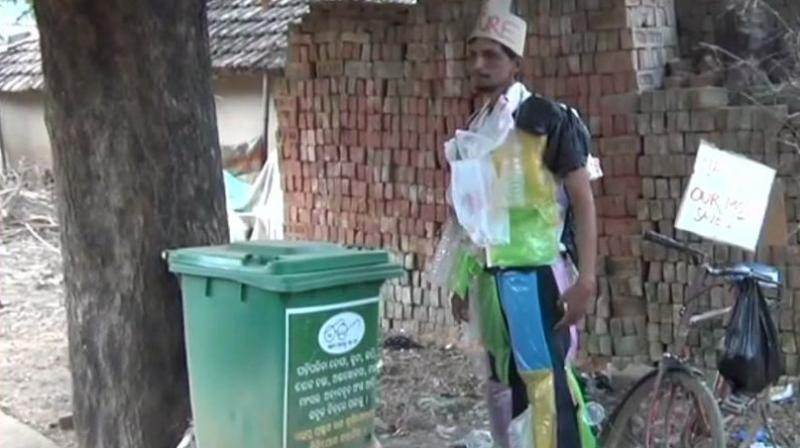 Bishnu Bhagat, popularly known as a 'chalta firta dustbin' (walking-talking form of a dustbin) said his main aim is to create awareness about the hazards of using plastics, be it sipping tea in a plastic cup or carrying shopping bags made of plastic. (Photo: ANI)