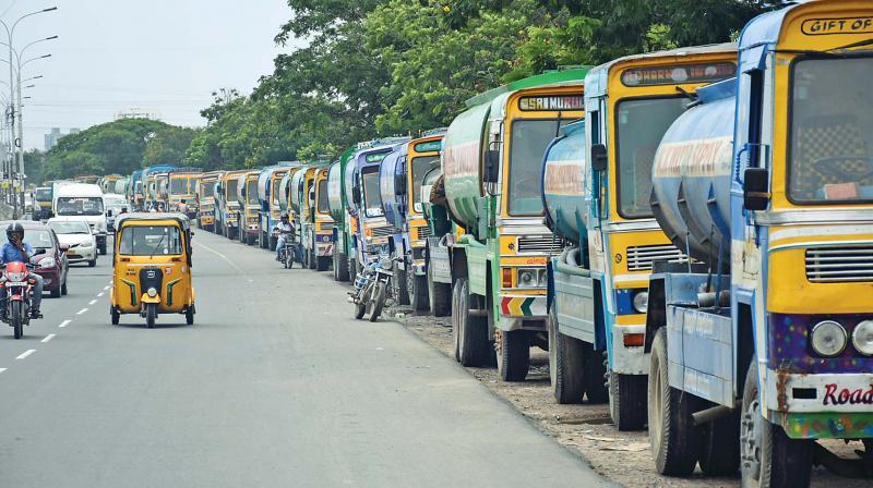 Water tankers lined up on Pallavaram-Thoraipakkam  radial road. (Photo: DC)