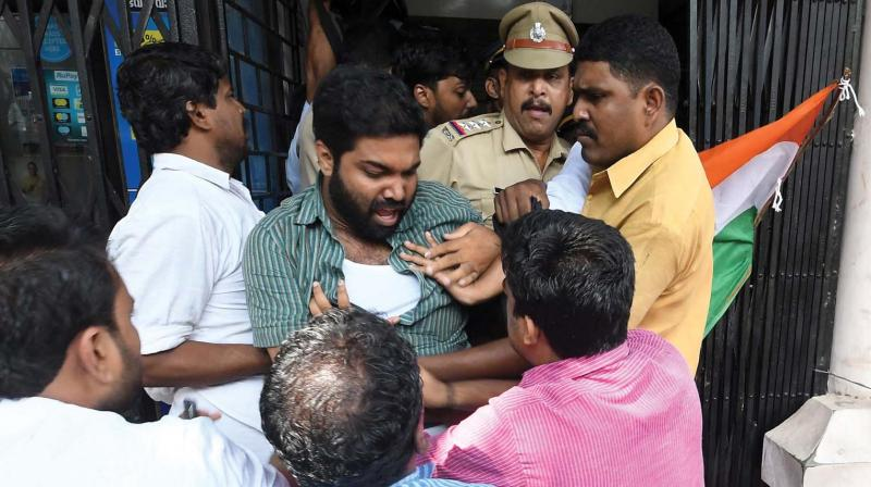 Youth Congress workers stage a protest in front of the regional office of Canara Bank at Spencer Junction in Thiruvananthapuram on Wednesday. (A.V.MUZAFAR)